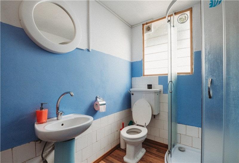 Image d'une salle de bain bleue par zenity design rénovation