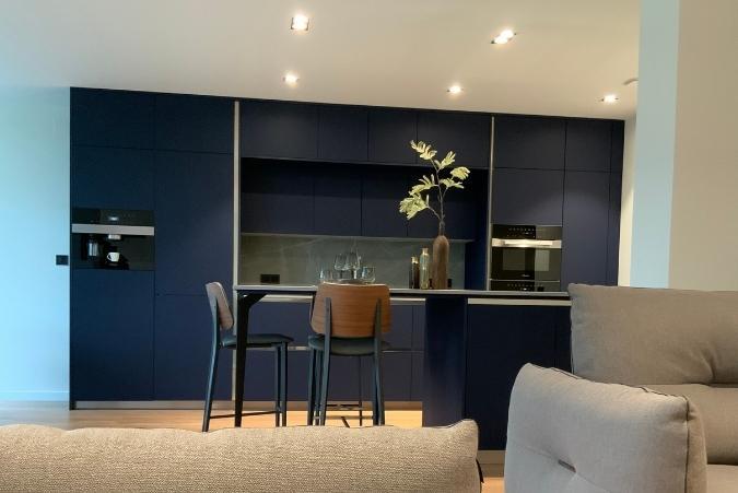 cuisine bleu Perene vue de face coté salon à Strasbourg 67000 secteur Contades